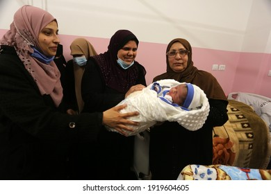 """The wife of the Palestinian prisoner Muhammad al-Qudra, who has been detained since 2014, gives birth to a """"Mujahid"""" through a sperm smuggled out of Israeli prisons, in Gaza Strip, on Feb 18, 2021."""