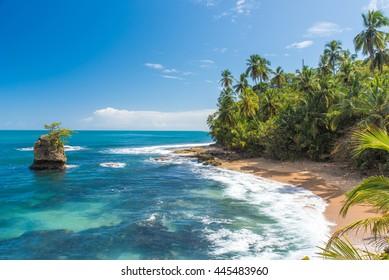Wilder karibischer Strand von Manzanillo in Puerto Viejo, Costa Rica