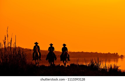 Wild West sunset ; Cowboy Men horse riding at sunset Vintage west.