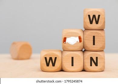 Win-Win-Situation auf hölzernen Würfeln gedruckt