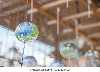 風の鈴が風に揺れる。 日本では「風鈴」と呼ばれ、日本では夏の象徴である。