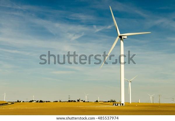 Ferme éolien en automne en France. Le mode écologique de production d'énergie. éoliennes