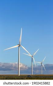 Windkraftanlagen oder Windkraftanlagen auf Windparks in Rotation zur Erzeugung von Elektrizität im Freien mit Sonne und blauem Himmel , Naturschutz und nachhaltiges Energiekonzept.