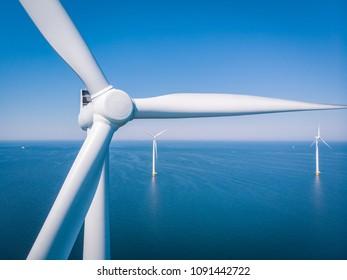 turbina eólica desde la vista aérea, vista de drones en el parque eólico IJsselmeer una granja de molinos de viento en el lago IJsselmeer la más grande de los Países Bajos,Desarrollo sostenible, energía renovable