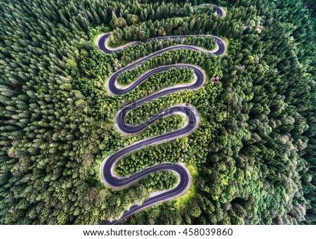 winding road high mountain pass transylvania の写真素材 今すぐ編集