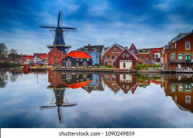 Windmill und traditionelle Häuser in Haarlem, Holland, Niederlande