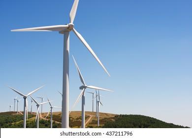 Molinos de viento para la producción de energía eléctrica, provincia de Burgos, Castilla León, España.