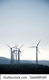 Molinos para la producción de energía eléctrica, provincia de Huesca, Aragón, España.