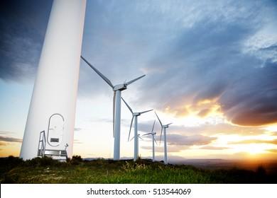Molinos de viento para la producción de energía eléctrica al atardecer, provincia de Zaragoza, Aragón, España.