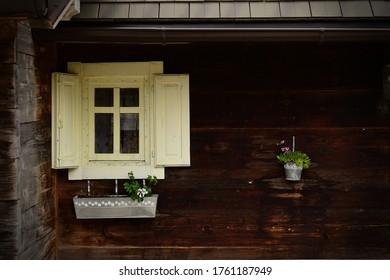 Una ventana de la antigua casa en Mokra Gora (Mecavnik)
