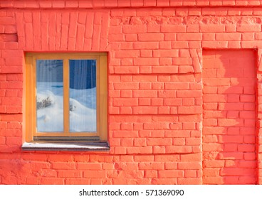 The window on the wall of red brick in the datyime