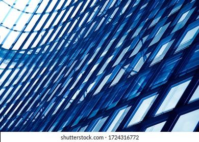 Windows. Doppelbelichtung Foto von der strukturellen Verglasung. Wand aus Stahl und Glas. Minimalistisches Bürogebäude Außenfragment. Abstrakter moderner Architektur Hintergrund.