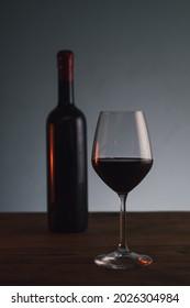 bouteille de vin avec verre à vin dans une ambiance élégante