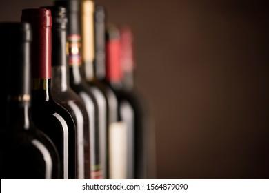 Weinflaschen-Sammlung auf dunklem Hintergrund