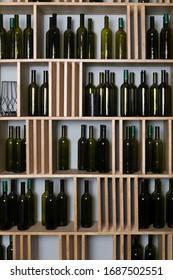 空のボトルを持つワインキャビネット