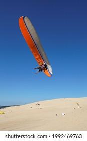 Aile au-dessus du parapente sur la Dune du Pyla avec ciel bleu