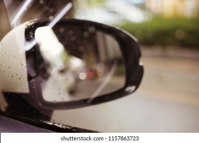the wing of right side rear viewer mirror of the car on street