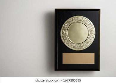 Siegerplakette auf weißem Hintergrund