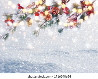 WinterWeihnachtshintergrund mit Schneebrannten auf Waldhintergrund