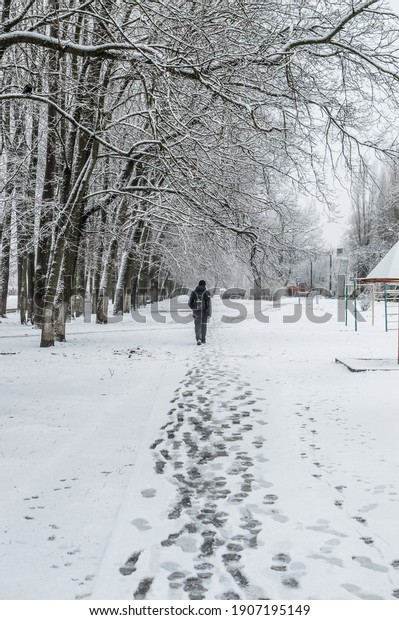 winter-city-landscape-lonely-young-600w-