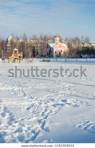 winter-cityscape-white-plain-footprints-