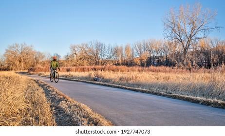 Winter- oder Herbst-Piste auf einem Radweg - Poudre River Trail im Norden Colorado
