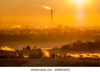 Winter Kalt Sonne vor Industrie