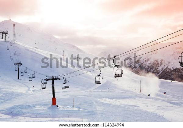 Winterbergpanorama mit Skipisten und Skiliften am bewölkten Tag