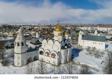 Winter in Russia. Suzdal, the Golden Ring of Russia. Pokrovsky Cathedral with the bell tower and Zachatievskaya Refectory Church (right).