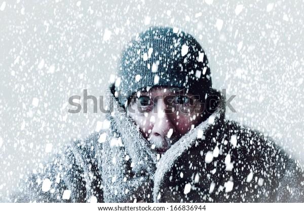Змея сцена дрожащего человека в метель или ледяной бури