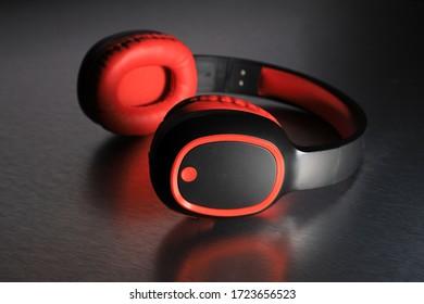 Wireless-Bluetooth-Kopfhörer im reflektierenden Hintergrund