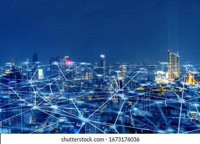Drahtloses Netzwerk, Konzept der Verbindungstechnik, Informationskommunikationsnetz, abstrakte Leitungsverbindung auf Nachtstadthintergrund