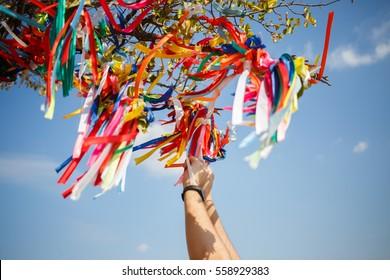 Wollbaum mit farbigen Bändern
