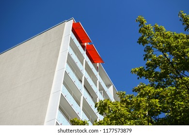 Wohnhaus in Berlin, Hochhaus und blauer Himmel