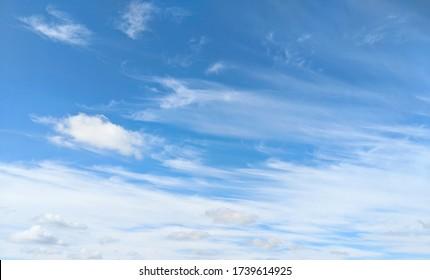 wunderschöne wolken am klaren himmel