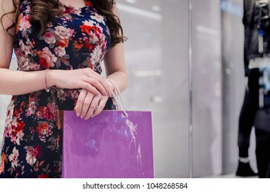 womam holding shopping bag