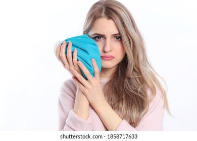 Frauen mit Unterkiefer, die eine Eispappe einzeln halten