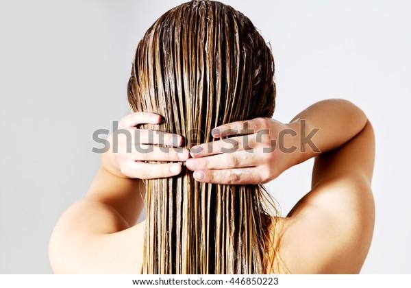 ヘアコンをかけた女性。白い背景に。
