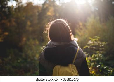 Frau mit Rucksack auf Reise