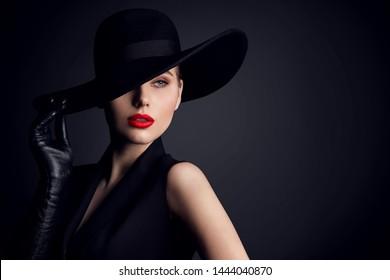 Frauenhauty auf Hut, elegantes Modemodell Retro Style Portrait auf Schwarz