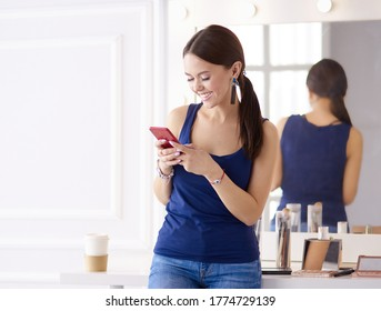Schönheitssalon für Frauen mit Mobiltelefon