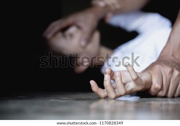 Mujer con moretones y herida violencia doméstica violación , Imágenes de estilo de efecto cosmético, foto conceptual de ataque sexual