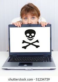 A woman can not work with computer - problem with pirate software