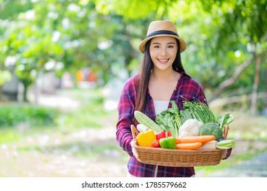 mujer con cesta de verduras de fondo natural