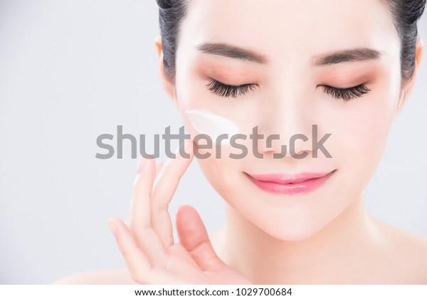 美容スキンケアのコンセプトを持つ女性の目と触れ合いの顔