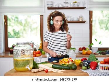 Kochen von Frauen in guter Laune