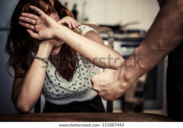 Mujer cubriéndose la cara por miedo a la violencia doméstica