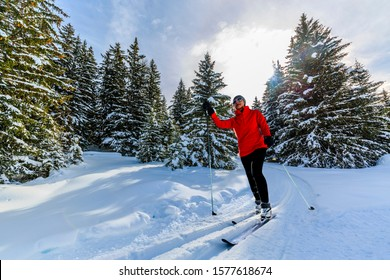 Langlaufen auf sonnigen Wintermorgens in den Schweizer Alpen, Thyon, les collones, Valaise Kanton.