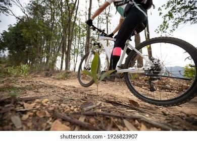 Woman Velofahrer auf dem Berggipfel des Waldes