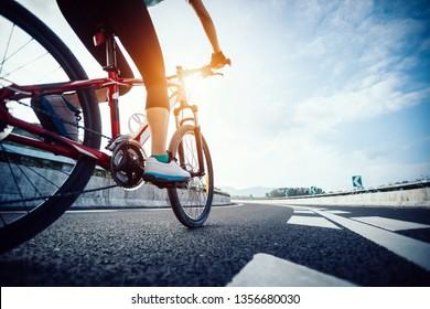 Mountainbike-Reiten auf der Autobahn für weibliche Radfahrer